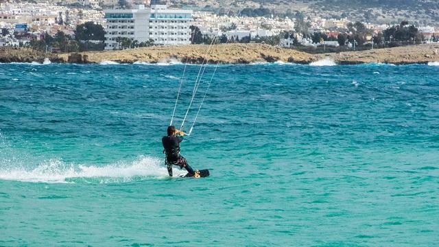 Пляжи Кипра популярны как среди виндсерферов, так и среди кайтсерферов
